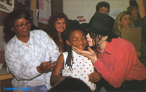 DIA DE LA TIERRA HOMENAJE PARA MIKE -Michael-with-children-michael-jackson-11399750-564-356
