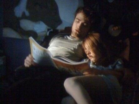 Edward reads Renesmee to sleep