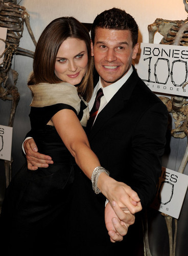 Emily Deschanel karatasi la kupamba ukuta called Emily @ the Bones 100th Episode Party