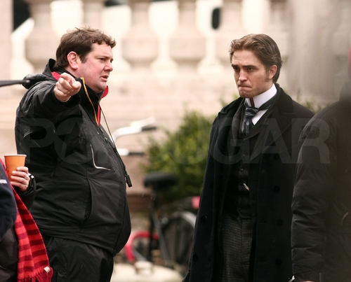 New pics of Robert filming Bel Ami 4/6/01