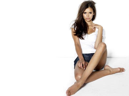 Nina Dobrev achtergrond entitled Pretty Nina Dobrev Wallpaper!