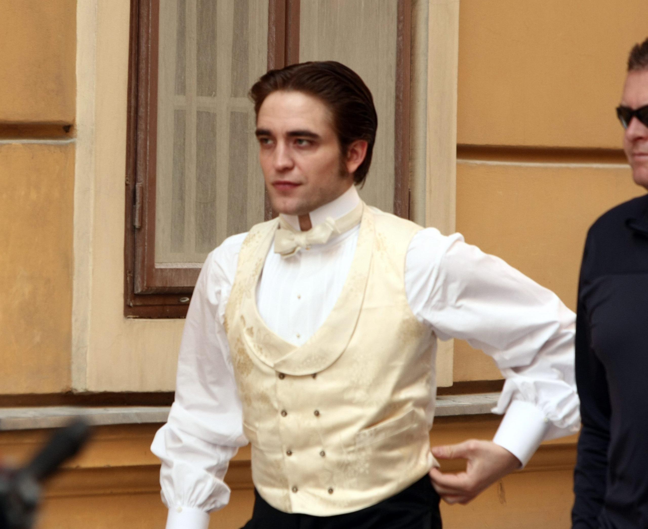 Robert on the set of Bel Ami 4/8/10