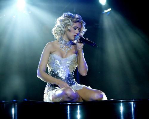Christina Aguilera wolpeyper entitled on stage