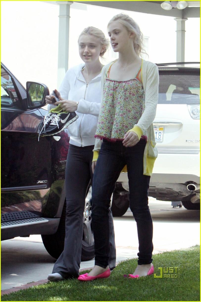 Elle & Dakota Fanning: Gum-Chewing Girls