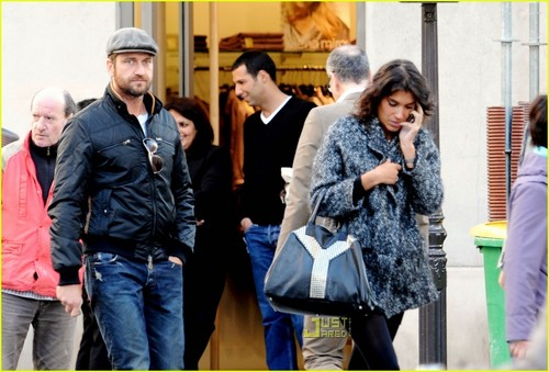 Gerard Butler wallpaper entitled Gerard Butler & Laurie Cholewa's Date -- FIRST PICS