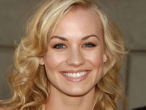 Yvonne Strahovski Hintergrund entitled Pretty Yvonne Wallpaper!