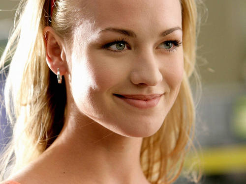 Yvonne Strahovski Hintergrund called Pretty Yvonne Wallpaper!