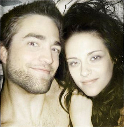 Robert Pattinson and Kristen Stewart having fun in 床, 床上