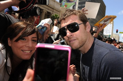 Sam Worthington hình nền entitled Sam at Russell Crowe Walk of Fame Ceremony (04.12.10)