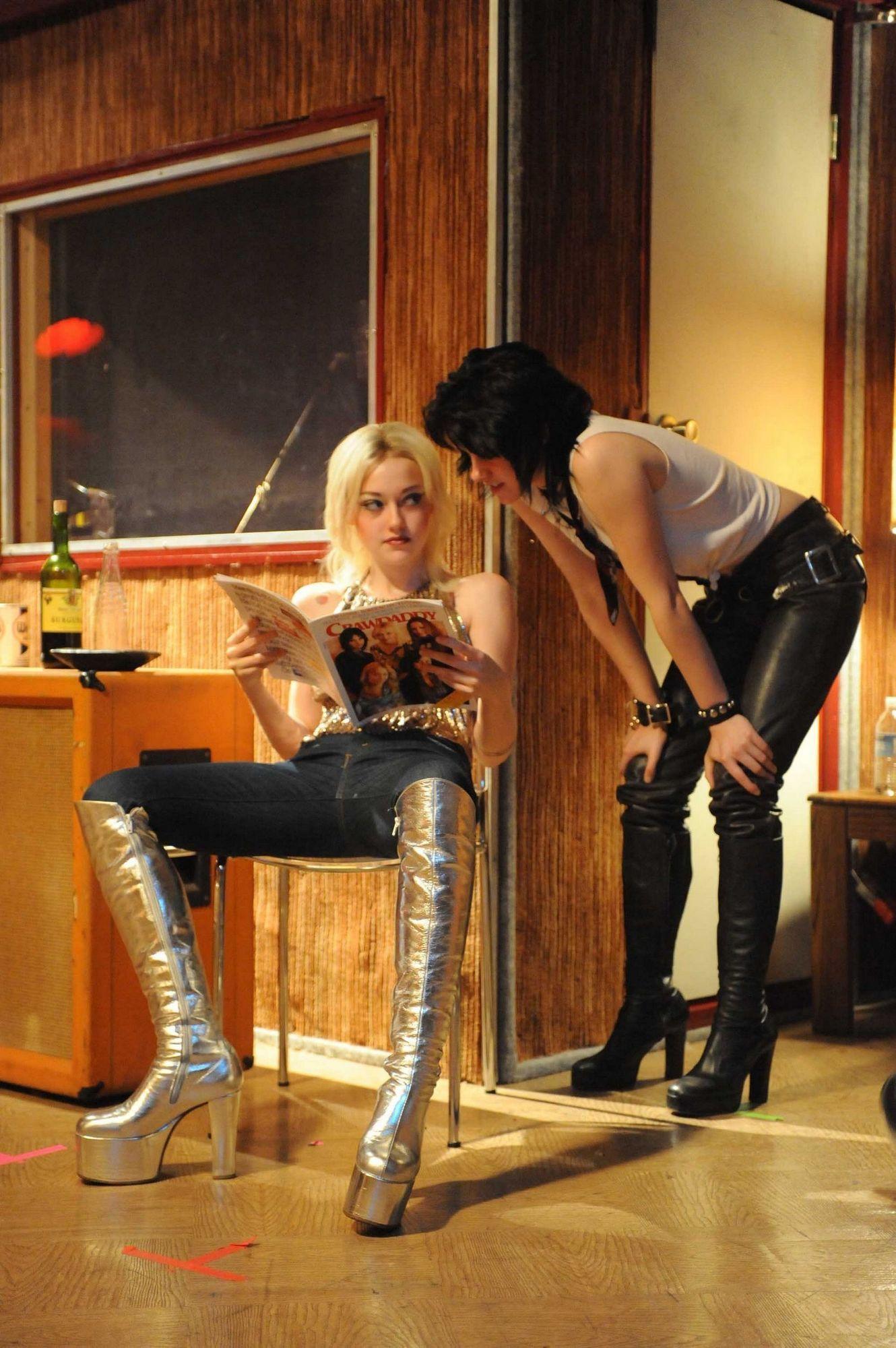 The-Runaways-still-kristen-stewart-and-dakota-fanning-11437310-1330    Kristen Stewart And Dakota Fanning In The Runaways