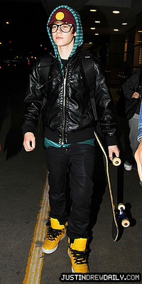 Candids > 2010 > At LAX Airport (8th April, 2010)