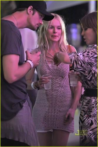 Alexander Skarsgård 壁纸 entitled Kate Bosworth & Alexander Skarsgard: Coachella Couple