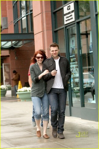 Bryce Dallas Howard پیپر وال titled Bryce Dallas Howard & Seth Gabel are on the Fringe