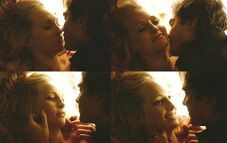Caroline & Damon in 床, 床上