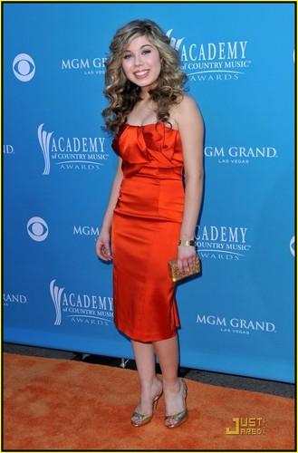 Jennette @ 2010 ACM Awards