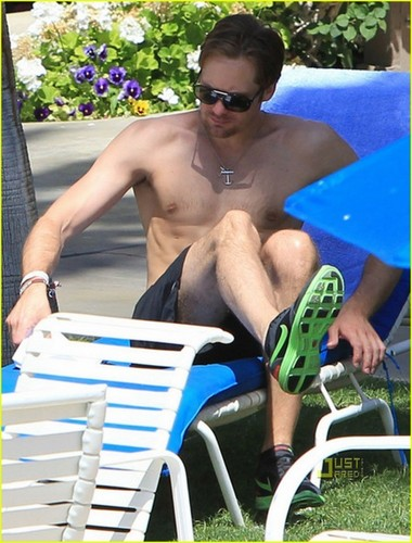 Kate Bosworth & Alexander Skarsgard: Poolside PDA