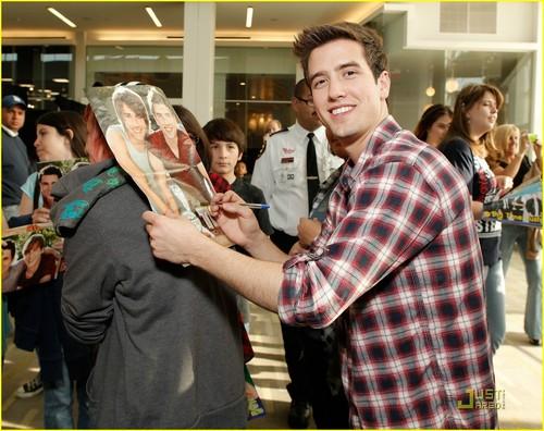 Logan autograph Prom event