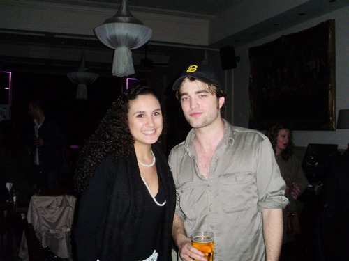 Rob and a fan at Lizzy Pattinson's mostrar tonight - 4/22/10