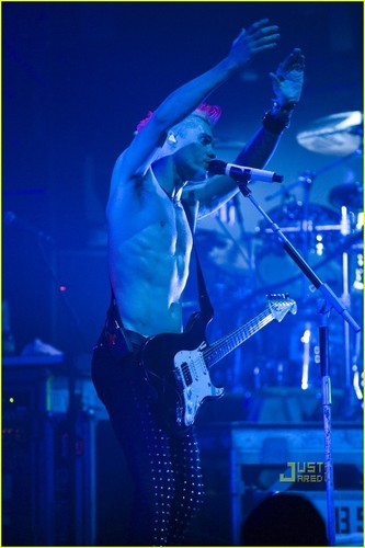 Shirtless Jared Leto: 30 secondes to Mars Concert!