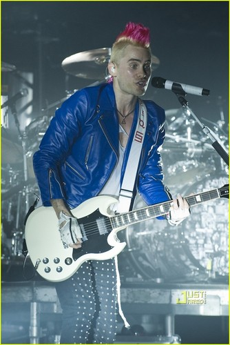 Shirtless Jared Leto: 30 Seconds to Mars Concert!