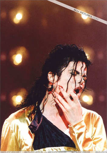 poor MJ!!!! cuts his finger on stage...