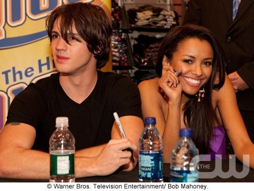 http://images2.fanpop.com/image/photos/11700000/Atlanta-Cast-Tour-Event-the-vampire-diaries-11779898-500-376.jpg
