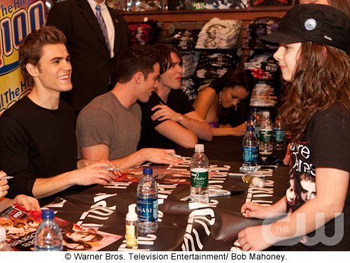 http://images2.fanpop.com/image/photos/11700000/Atlanta-Cast-Tour-Event-the-vampire-diaries-11779934-500-376.jpg