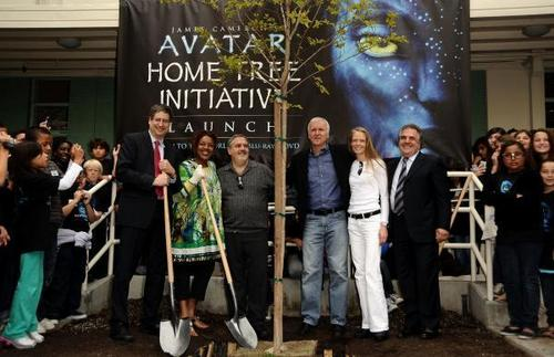 "Avatar Cast planting first arbre in ""Home Tree"" initiative (04.22.10)"