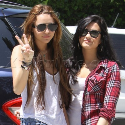 Candid Fotos > 2010 > [2010] Out and about in Toluca Lake with Demi Lovato [April 25th,2010]