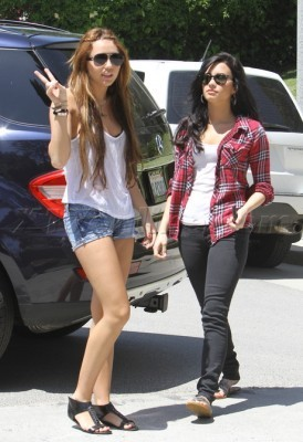 Candid foto-foto > 2010 > [2010] Out and about in Toluca Lake with Demi Lovato [April 25th,2010]