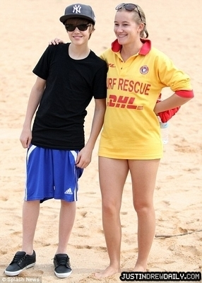 Candids > 2010 > At tabing-dagat in Sydney, Australia (24th April, 2010)