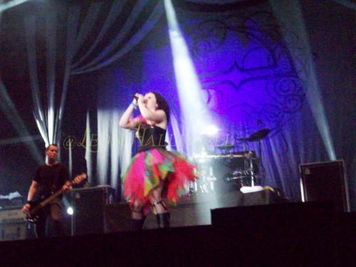 এভানেসেন্স Live