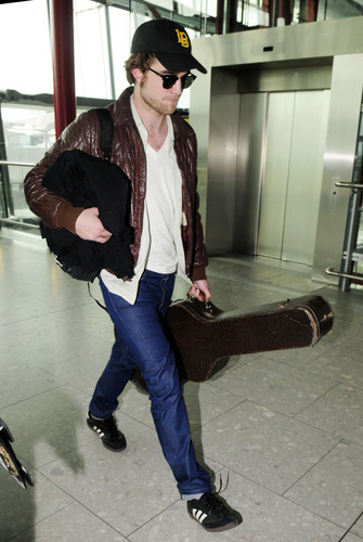 HQ Pictures of Robert Pattinson at Heathrow Airpor - Going To Vancoiver