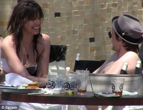 Celebrity Couples achtergrond entitled Matt Smith & madeliefje, daisy Lowe at Coachella