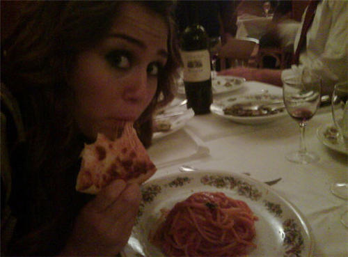 Miley Cyrus eating pizza