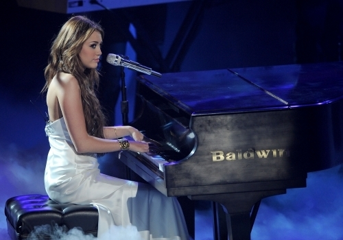 Miley Cyrus Canto on American Idol (24th March 2010)