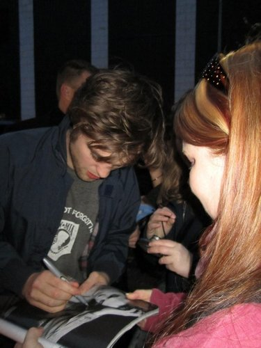 Rob with a fã outside The Daily Show 3/2/10