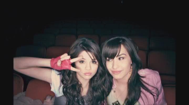 Demi Lovato And Selena Gomez Kissing Selena Gomez & Dem...