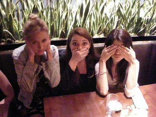 Selena Gomez, Jennifer Stone, & a پرستار
