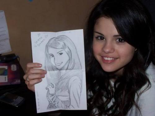 Selena holding a fan foto