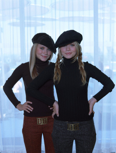 Mary-Kate & Ashley Olsen wallpaper called modeling & magazines