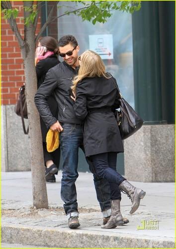 Amanda Seyfried & Dominic Cooper: Ciuman Kiss!