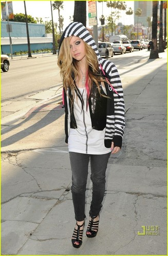 Avril Lavigne: Abbey Dawn Hoodie Hottie!