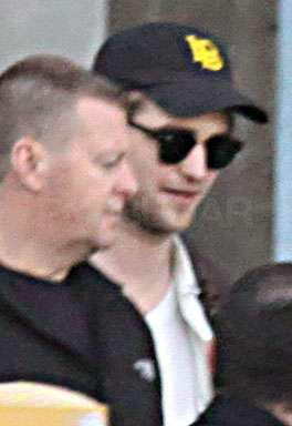 HQ pictures of Robert Pattinson arriving in Vancouver