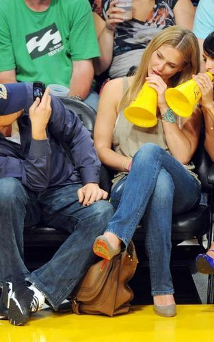 Leonardo DiCaprio and Bar Refaeli at the Lakers game (April 27)