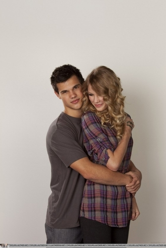New/Old Portraits Of Taylor Lautner And Taylor 迅速, 斯威夫特 From 'Valentine's Day'