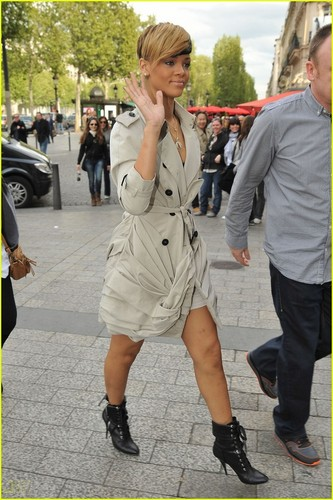 Rihanna: Sex Shop Visit!