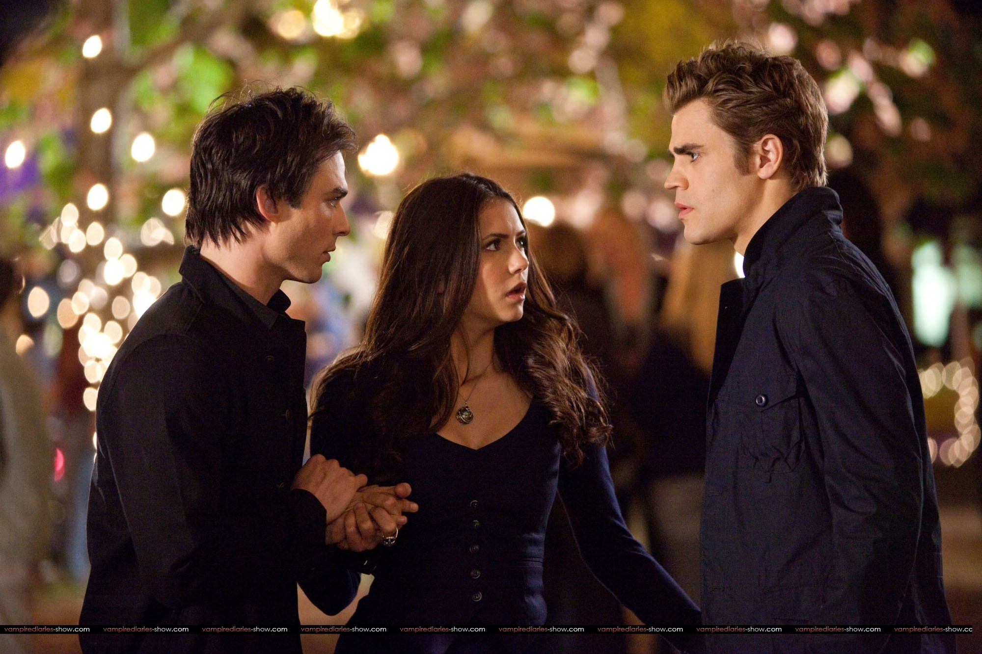 http://images2.fanpop.com/image/photos/11900000/DE-hands-in-hands-finale-HQ-damon-and-elena-11963311-2000-1333.jpg