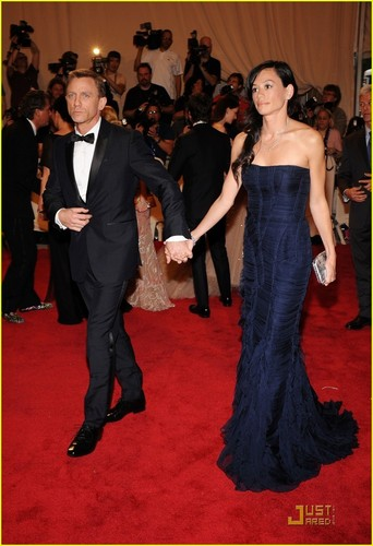 Daniel Craig Hintergrund called Daniel Craig: MET Ball 2010 With Satsuki Mitchell