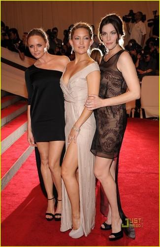 Liv Tyler achtergrond called Liv Tyler: MET Ball with Kate Hudson
